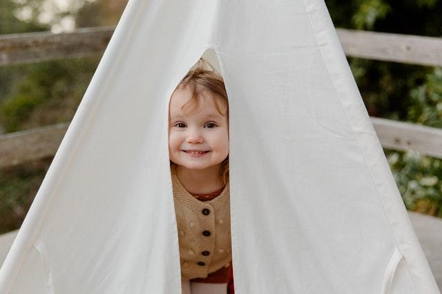 dítě v teepee