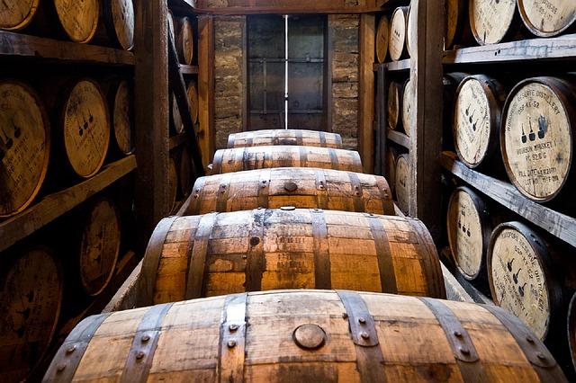 dřevěné sudy bourbon whisky