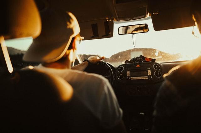 Mladší muž v kšiltovce řídí automobil