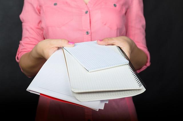 žena podává papíry