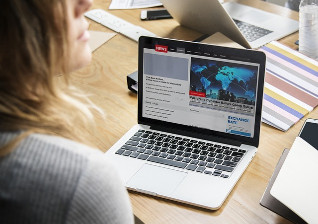 žena na počítači