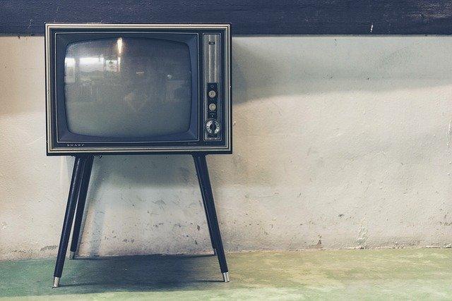 stará televize na nohách